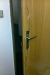 obyčejné dveře vykopnuté
